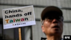 Miles de manifestantes en las calles de Taipei protestan en el 2015 y piden no interferir en los asuntos de Taiwán. (Ritchie Tongo / EFE).
