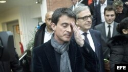 El primer ministro francés Manuel Valls después de emitir su voto.