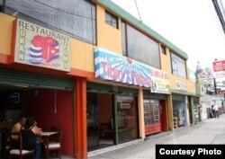 Cubanos animan el comercio en el barrio quiteño Florida.