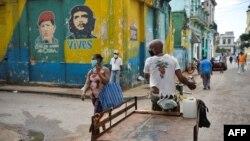 Cubanos recorren las calles de la capital con máscaras para protegerse del contagio