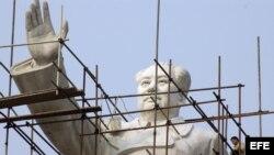 Trabajadores renuevan una estatua de Mao Zedong, en Chengdu, provincia de Sichuan, China.