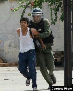 Aun los menores de edad son objeto de torturas y maltratos por parte de las fuerzas represivas de Nicolás Maduro.