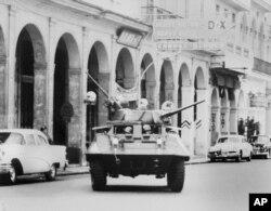 Un tanque de guerra avanza hacia el Palacio Presidencial. AP Photo