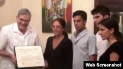 Entregan título honorífico a familia Payá
