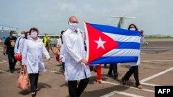 """""""La colaboración médica se ha convertido en los últimos años en una de las principales fuentes de ingreso de Cuba"""", admite Cubadebate. En la imagen, médicos cubanos en Martinica. (Lionel CHAMOISEAU / AFP)"""