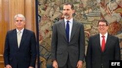 El rey Felipe VI, el canciller cubano Bruno Rodríguez Parrilla (der.) y el ministro español de Asuntos Exteriores, Alfonso Dastis (izq.) en audiencia concedida por el Rey en el Palacio de La Zarzuela el 17 de abril de 2017.