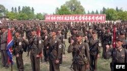 Soldados de Corea del Norte reunidos en uno de los sitios de batalla de la Guerra de Corea (1950-53)