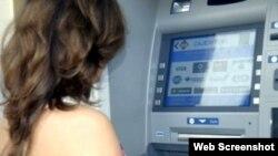 Una mujer usa un cajero automático en Cuba