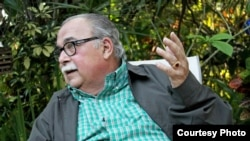 """El poeta Armando Álvarez Bravo, mientras era entrevistado para MartiNoticias, con motivo de la publicacion de """"Siempre habrá un poema"""" por el importante sello Visor."""