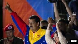 El presidente encargado y ganador de los comicios de en Venezuela, Nicolás Maduro, saluda a los seguidores hoy, domingo 14 de abril de 2013, en Caracas, donde defendió su triunfo en las presidenciales para elegir al sucesor del fallecido gobernante Hugo