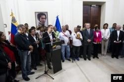 El vicepresidente de Venezuela, Jorge Arreaza (c), habla hoy, jueves 24 de abril de 2014.