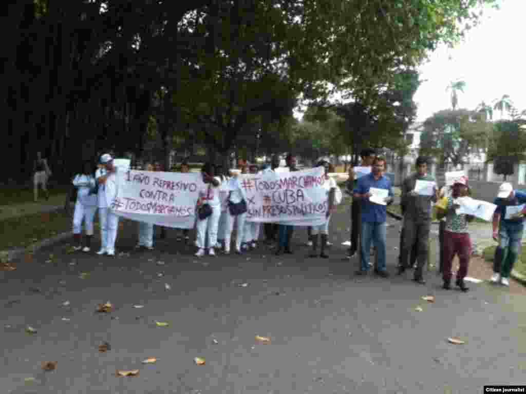 Minutos antes del arresto de los activistas que participan en la jornada #TodosMarchamos este domingo en que se cumple un año de la represión contra los participantes en las m archas opositoras.