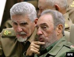 El comandante cubano Ramiro Valdés junto a Fidel Castro.