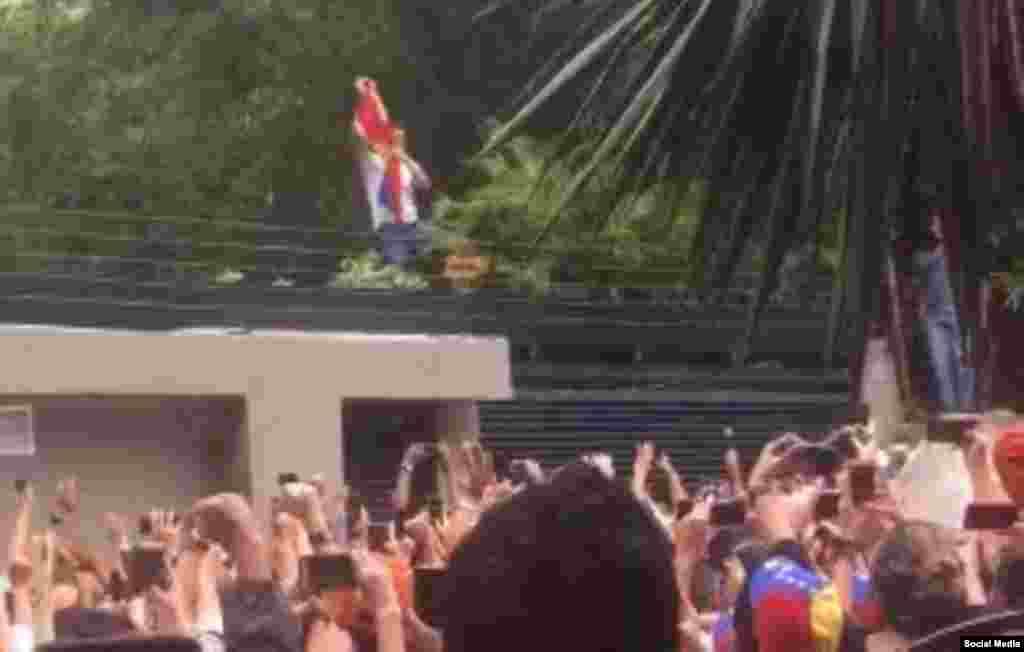 Leopoldo López saluda a sus seguidores.