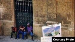 """No buscan activamente empleo: entre un negocito turbio y otro, muchos jóvenes cubanos """"hacen media"""" en alguna esquina."""