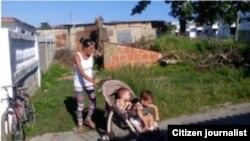 Una familia vive en un refugio en condiciones infrahumanas