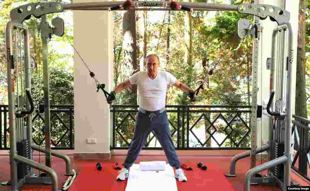 Putin haciendo ejercicios en una de las terrazas de la residencial presidencial.