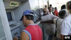 Un cubano utiliza un cajero automático en La Habana. Archivo.