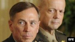 El general David Petraeus (i).