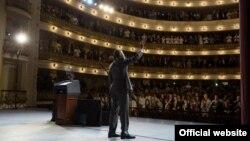 El presidente Barack Obama saluda a los presentes en el Gran Teatro de La Habana, donde pronunció su histórico discurso en Cuba (White House)