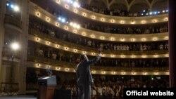 El presidente Barack Obama saluda a los presentes en el Gran Teatro de La Habana, donde pronunció su discurso en Cuba (White House)