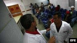 """ARCHIVO. Dos médicos cubanos conversan en el Centro Integral de Diagnóstico del programa sanitario """"Barrio Adentro""""."""