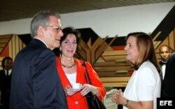 DeLaurentis junto a la entonces secretaria de Estado Adjunta para América de Latina, Roberta Jacobson y Josefina Vidal.