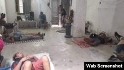 Miembros del Movimiento San Isidro en huega de hambre descansan sobre el suelo en La Habana Vieja.