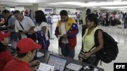 Viajeros venezolanos en el aeropuerto de Maiquetía.