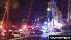 Autos policiales rodean la iglesia metodista Emmanuel después que nueve de sus miembros fueran muertos a tiros.