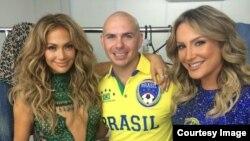 Pitbull junto a Jennifer López y Claudia Leitte