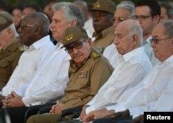 Raúl Castro, primer secretario del Partido comunista de Cuba y Miguel Díaz-Canel (2 izq.) en Santiago de Cuba.
