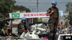 Soldados brasileños, miembros de las fuerzas de paz de la ONU, vigilan la entrada del estadio Silvio Cator de Puerto Príncipe. Archivo.