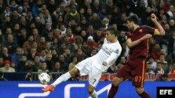 Cristiano Ronaldo golpea el balón ante el defensa bosnio de la Roma, Ervin Zukanovic.
