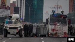 Integrantes de la Guardia Nacional Bolivariana (PNB) bloquean una calle durante una protesta hoy, lunes 8 de mayo de 2017, en Caracas (Venezuela). Las marchas opositoras venezolanas que pretendían llegar hoy al centro de Caracas desde varios puntos de la
