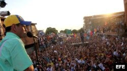 Henrique Capriles (i), pronunciando un discurso a seguidores en su visita a la localidad de El Tigre, Estado Anzoategui (Venezuela).