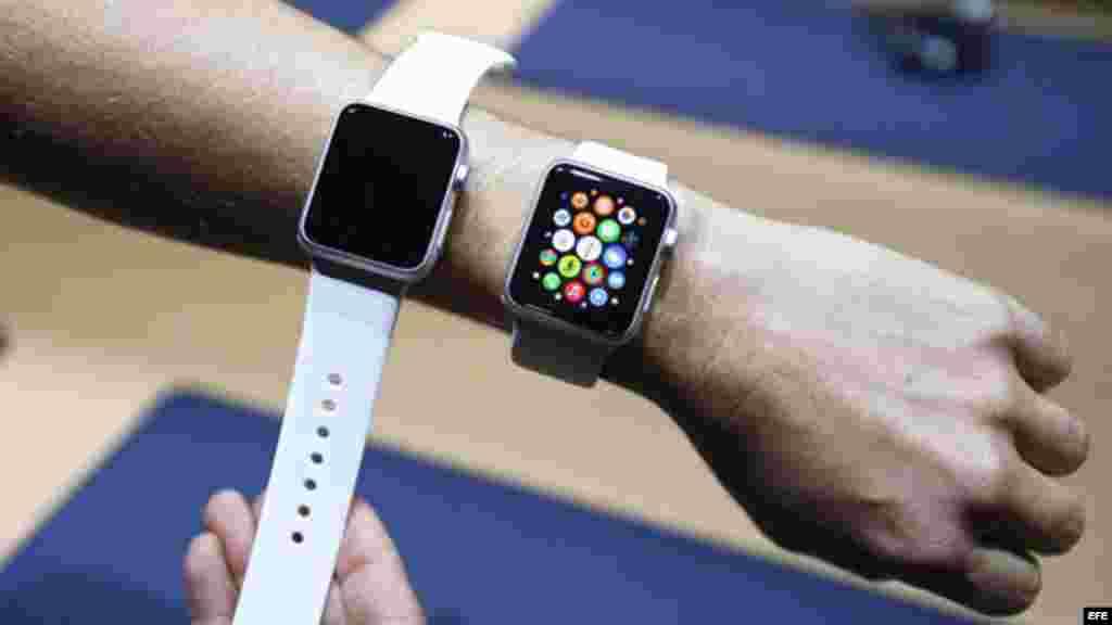 Periodistas analizan el nuevo Apple Watch durante el evento de lanzamiento de dispositivos Apple.