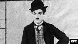 El actor cómico Charlie Chaplin en una de sus actuaciones. (Sin fecha, hacia 1930).