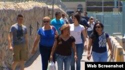 Migrantes cubanos arriban a El Paso, Texas, tras cruzar la frontera de México con EEUU. (Captura de imagen/KFOX14)