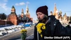 Un hombre deposita flores en honor a Boris Nemtsov, el 27 de febrero de 2021. (Dimitar Dilkoff / AFP).
