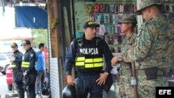 Policías de Costa Rica convrsan con agentes fronterizos panameños en la zona fronteriza. (Foto: Archivo)