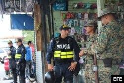 Policías de Costa Rica convrsan con agentes fronterizos panameños en la zona fronteriza hoy, jueves 14 de abril de 2016.