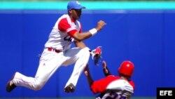 Erisbel Arruebarruena deja fuera al puertorriqueño Jesús Feliciano durante las preliminares del béisbol de los Juegos Panamericanos Guadalajara 2011.