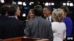 Mitt Romney (3i), y el presidente de EEUU y aspirante a la reelección, Barack Obama (3d), tras el final del debate.