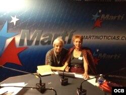 Mariela A. Gutiérrez junto a Orlando González Esteva en los estudios de Radio Martí.