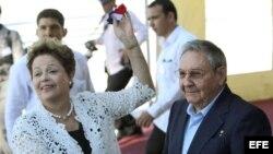 El general cubano Raúl Castro y la presidenta de Brasil Dilma Rousseff inauguran la primera etapa del puerto del Mariel construido con financiación brasileña.