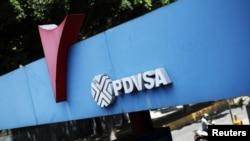 Una estación de gas en Caracas, Venezuela, exhibe un logo de la petrolera estatal PDVSA. Foto: REUTERS | Iván Alvarado.