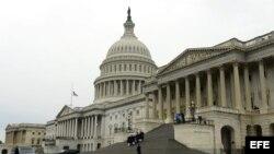 Miembros de la guardia de honor de EE.UU. parten con el ataúd del fallecido senador demócrata, Frank Lautenberg, a las afueras de la Cámara del Senado en el Capitolio de EE.UU. en Washington DC, EE.UU