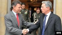 Foto de archivo. El presidente electo de Colombia, Juan Manuel Santos (i), se despide del actual mandatario, Álvaro Uribe (d), hoy, lunes 21 de junio de 2010, tras una reunión en Bogotá, luego de la victoria de Santos en la segunda vuelta electoral el 20 de junio.