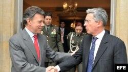 El presidente electo de Colombia, Juan Manuel Santos (i), y el ex presidente Álvaro Uribe. Archivo.
